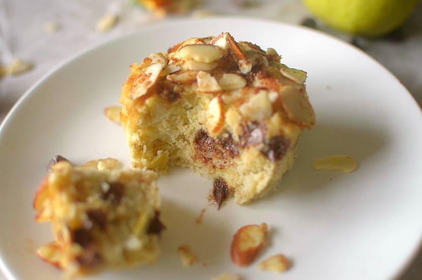 vegan pear streusel mug cake