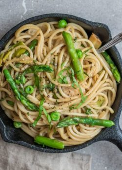 creamy spaghetti with leeks, peas, and asparagus