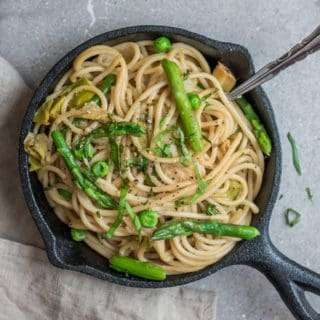 Creamy spaghetti with leeks, peas and asparagus
