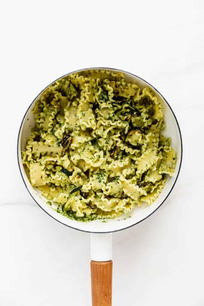 Pesto pasta with zucchini in a white pot