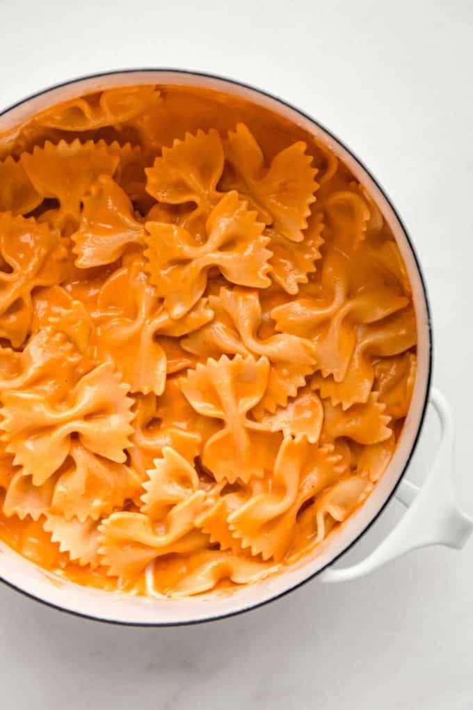 A white pot with vegan vodka pasta in it